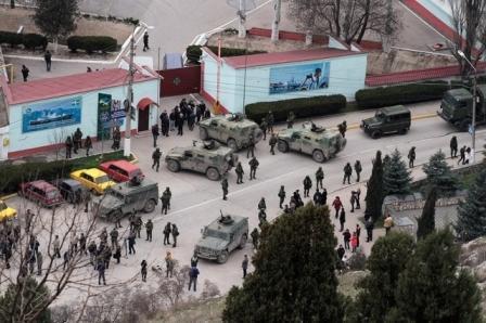 Российские бронемашины возле КПП украинской военной части в Крыму